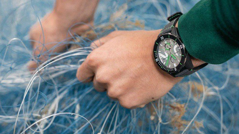 雅典(Ulysse Nardin)使用回收尼龍材質打造的環保尼龍表帶R-Strap,並運用在新款Diver Net腕表,強調廢材質的再利用與環保意識。圖 / Ulysse Nardin提供。