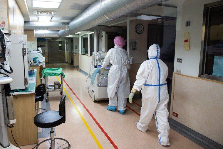 護理師除了穿著兔寶寶裝,外層再加上防護衣,相當悶熱。記者季相儒/攝影
