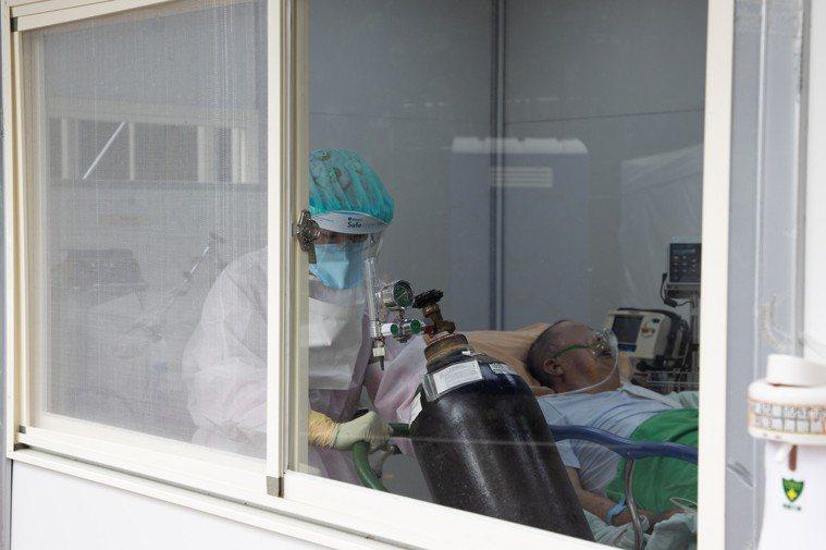 長者感染新冠肺炎容易發生重症,也有更高機率使用氧氣治療。記者季相儒/攝影