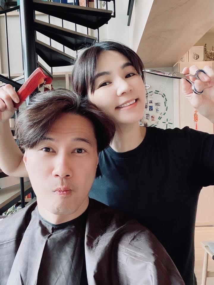 Ella(右)幫老公賴解孵剪髮,成果獲粉絲讚「像孔劉」。圖/摘自臉書