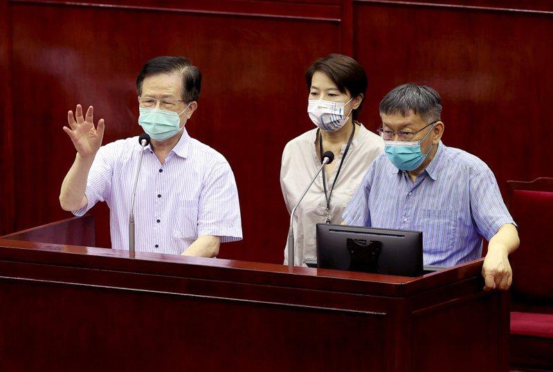台北市衛生局長黃世傑(左)昨在議會表示,自己有「被請假」的味道,圖為6月下旬他與台北市長柯文哲(右)與副市長黃珊珊(中)赴議會備詢。圖/聯合報系資料照片