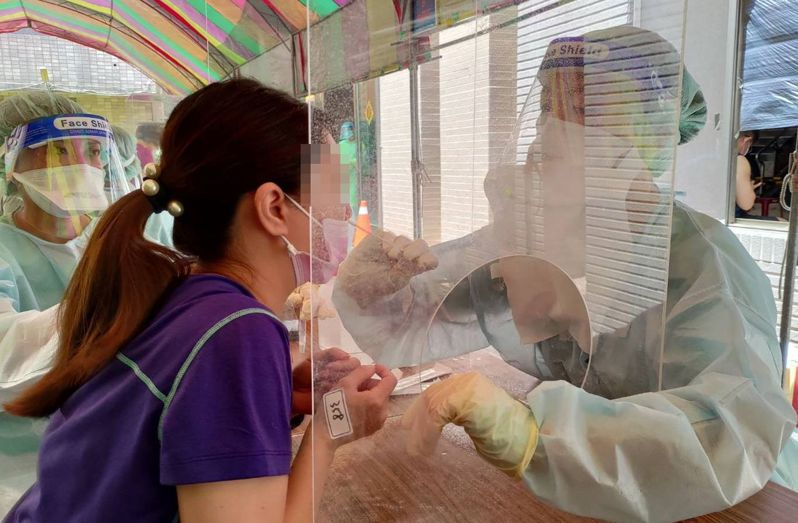 中國醫藥大學附設醫院配合台中市政府前進指揮所,昨天到今天都在北區美麗殿社區設置快篩站篩檢。圖/中國附醫提供