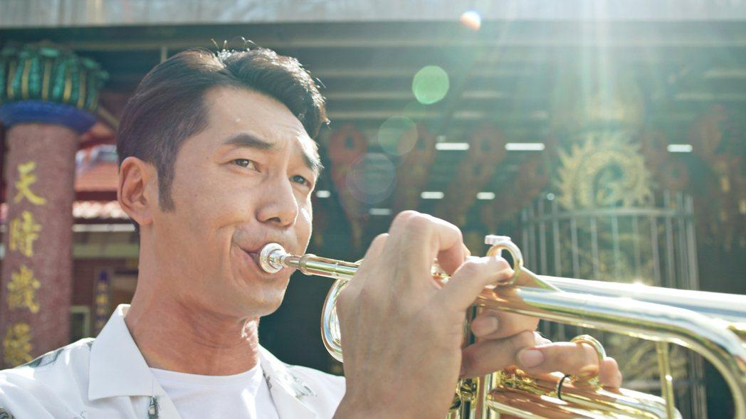 李李仁為「神之鄉」學吹小喇叭,已經進階到可以吹奏「親密愛人」這首歌。圖/東森提供