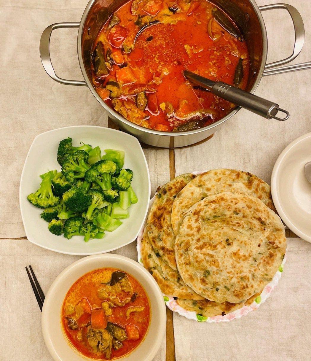 光良宅家「自煮管理」,還原充滿家鄉味的香茅紅咖哩雞。圖/星娛音樂提供