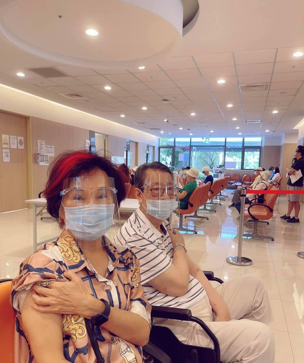 胡錦(左)和顧安生今天去打了莫德納疫苗。圖/摘自臉書