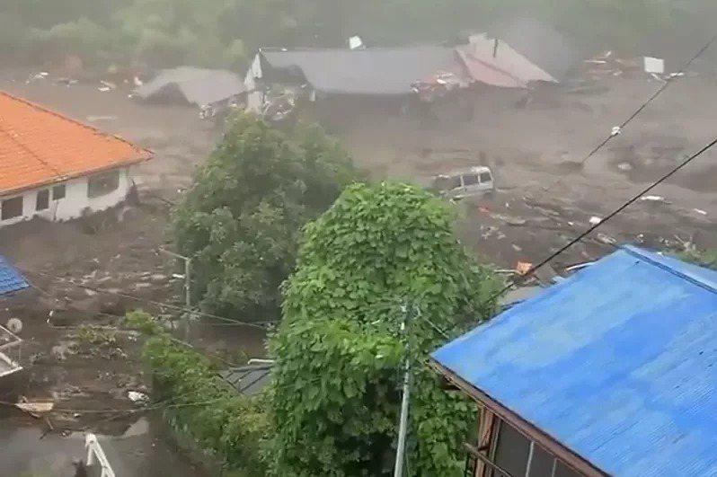 日本靜岡縣熱海市發生嚴重土石流,傳出2人心肺停止,但年齡和性別尚不明,另有2人受傷送醫及至少20人失蹤。法新社