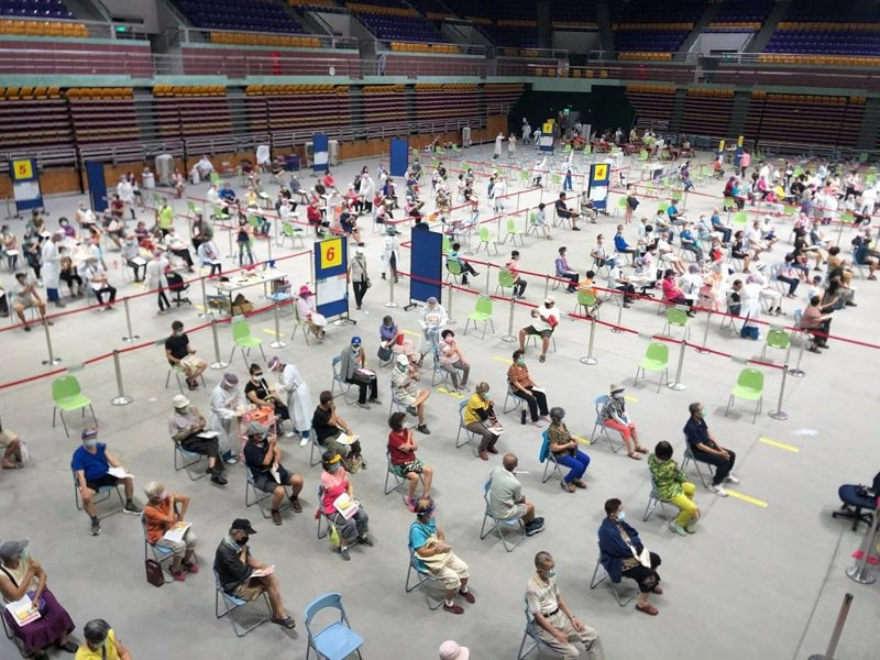 屏東縣7月1日獲配21700劑莫德納疫苗,昨天開始大規模施打,到今天下午共接種1萬7185人,接種率91%。圖/屏東縣政府提供