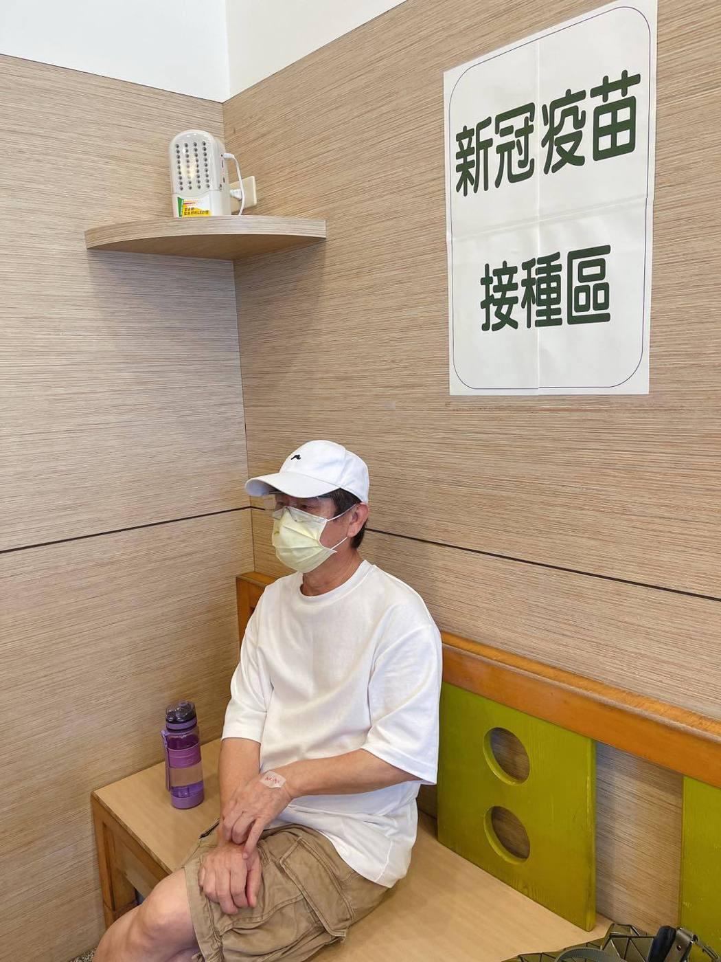 黃西田打疫苗不忘隨身攜帶水壺。圖/摘自臉書