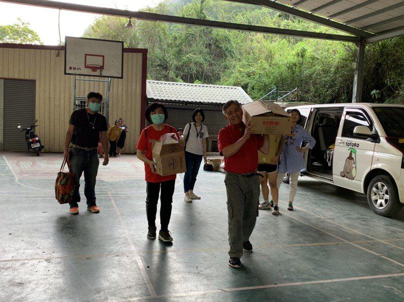 洪千涵和教友募集食品和生活物資,送到偏鄉給弱勢學童。圖/洪千涵提供