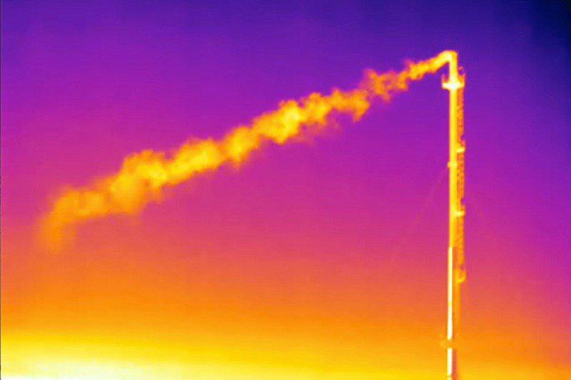 歐盟執委會預定14日公布「Fit for 55」立法改革,以達到溫室氣體在2030年減排55%的目標。圖為義大利能源基礎設施商Snam的地下儲存設施排放甲烷氣體的熱成像。路透