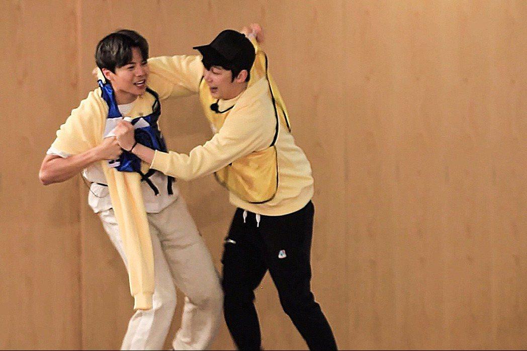 朴殷碩(左)和尹鐘焄為了撕名牌纏鬥。圖/中天提供