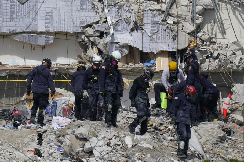 美國佛州邁阿密「尚普蘭大廈南棟康斗公寓」搜救行動持續中,搜救隊員2日仍在現場尋找生還者。美聯社