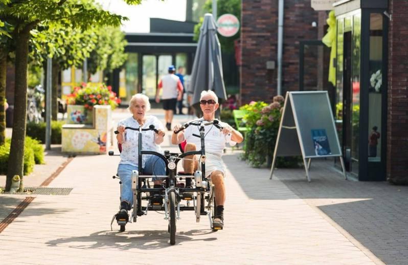 2009年,荷蘭建立了全球首個「失智小鎮」,讓罹患重度腦退化症的長者「走入社區」,過常人的生活。圖/取自Hogeweyk