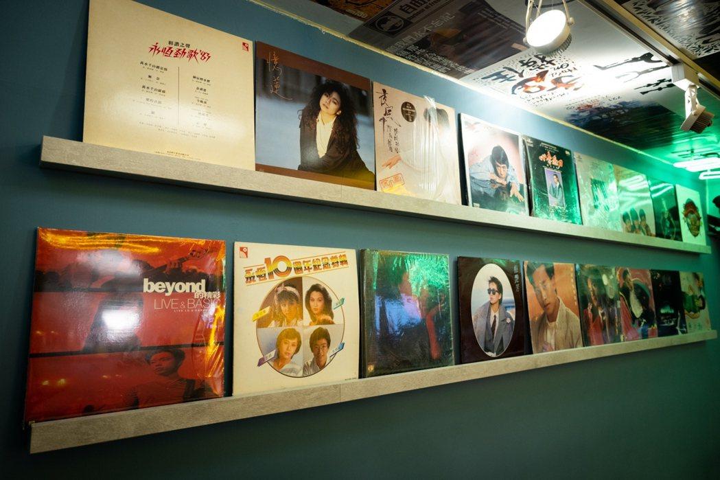 牆面陳列著Beyond、張國榮、梅艷芳、開心少女組等香港昔日代表性歌手、樂隊的唱...