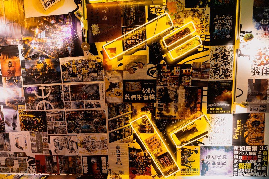 把不同香港人做的文宣,集結在這間店,就像是傳達香港人的意志。圖/沈昱嘉攝影