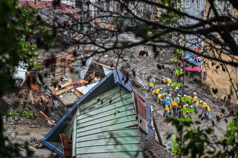 日本靜岡縣熱海市的伊豆山地區昨天發生大規模土石流,警消及自衛隊昨天救出10人,今天再救出13人,共救出23人,已知2人罹難,約有20人下落不明。 圖/法新社