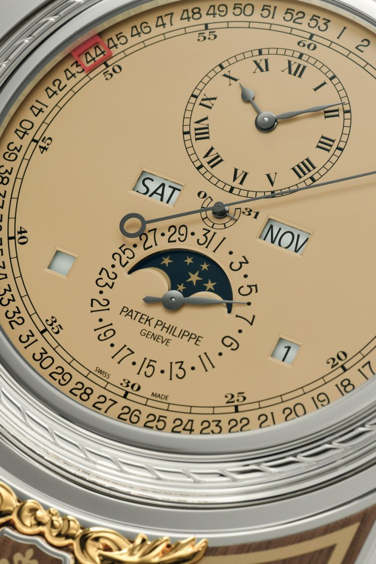 桌鐘具備萬年曆、月相顯示、最外圈週數顯示、以及中央31日動力儲存顯示功能。圖/佳...