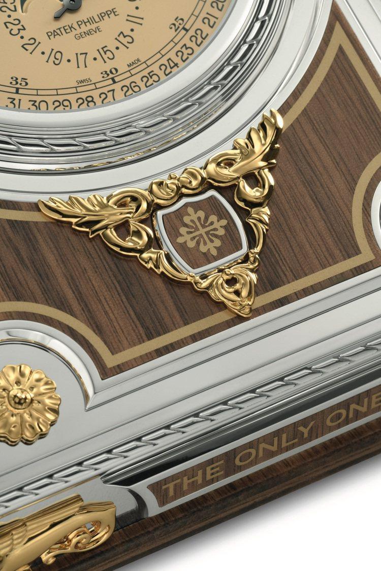 百達翡麗型號27001M-001的桌鐘,外箱鑲嵌美國胡桃木。圖/佳士得提供