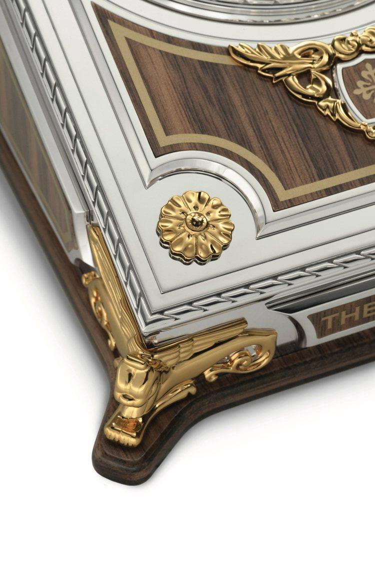 百達翡麗型號27001M-001的桌鐘,外箱以純以鑄造,裝飾立體鎏金銀藤蔓植物與...