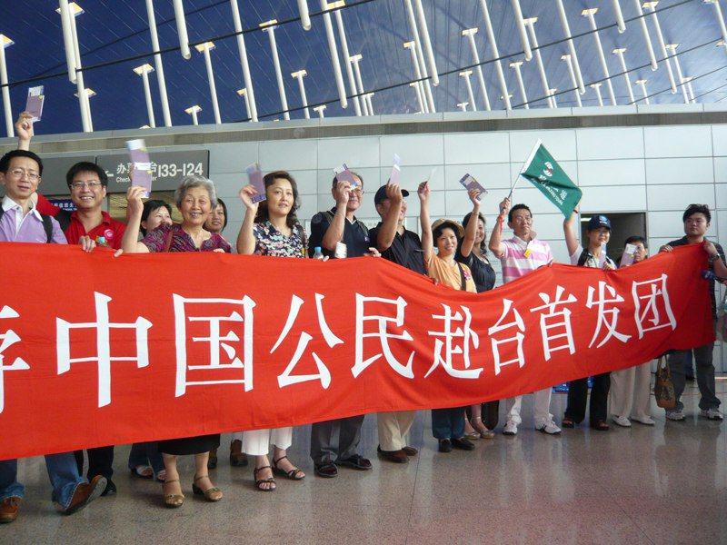 2008年7月4日,大陸觀光客赴台訪問團上海團搭乘大陸東方航空首航包機前往台灣。圖/聯合報系資料照片
