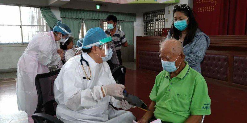 台大甲宏光診所醫師何鐘德在臉書說,疫苗快打站變慢打站,想打的人打不到。圖/取自宏光診所醫師何鐘德臉書