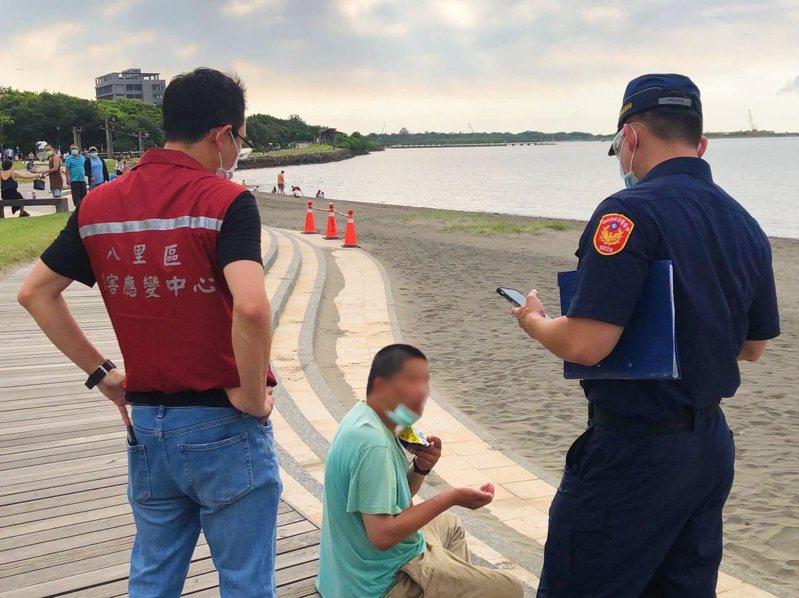 蘆洲分局與高灘處周末聯手稽查,光假日就開出17張罰單。圖/八里區公所提供