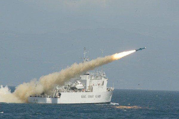 海軍海蛟大隊飛彈快艇曾在1988年試射雄風一型飛彈時,誤擊緝私艦。圖為海巡偉星艦過去參與國軍漢光演習機動部署雄風1型反艦飛彈並發射的畫面。軍聞社