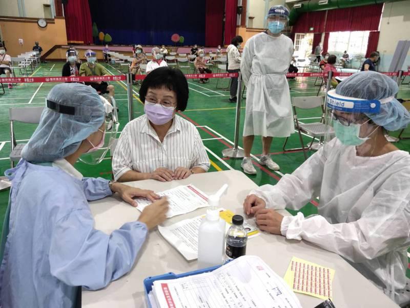台中市議員張瀞分今打疫苗,開心的說醫護人員技術很好「完全沒感覺」圖/張瀞分提供