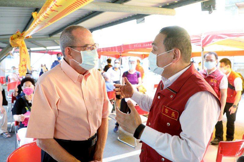 新北市長侯友宜(右)歡迎定居新北的外國人都來接種疫苗。圖/新北新聞局提供
