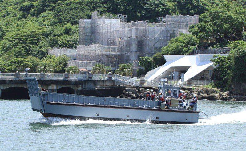 海軍新型兩棲運輸艦玉山艦(LPD-1401)月前已舉行下水儀式,目前正進行武器裝備艤裝,同案建造隨艦的新型LCM-1158工作艇(如圖),日前在高雄港出海進行測試,引起軍迷關注。圖/讀者蘇嘉健提供