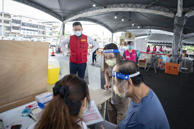 市長林智堅宣指出,明天(5日)竹市9座疫苗施打站全開,為70至73歲長者共1萬3487人施打疫苗。資料照/新竹市府提供