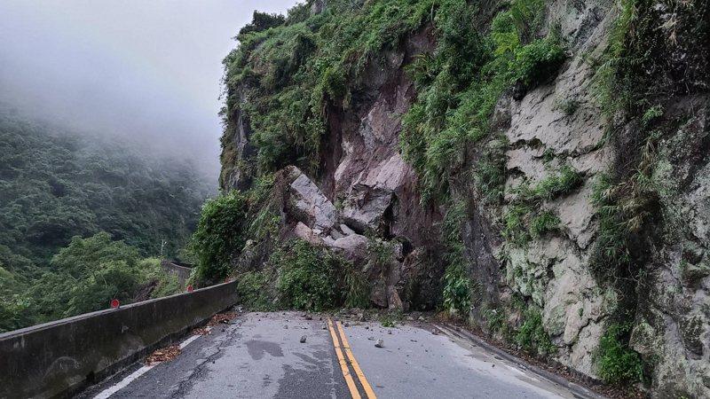 台東東富公路坍方迄今逾10天,依然找不出改善對策。圖/立委劉櫂豪服務處提供