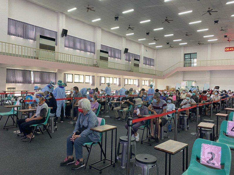 花蓮吉安國小接種站有許多長者施打疫苗,沒有發生排隊情形。記者王思慧/攝影
