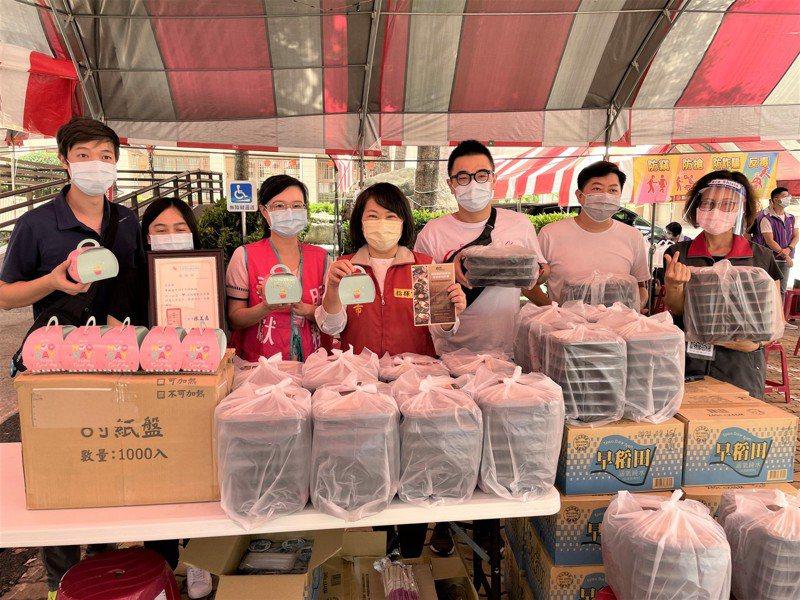 嘉義市長黃敏惠(左四)今上午去北興國中接種站慰勞工作人員,正好有熱心民眾捐贈餐盒。記者林伯驊/攝影