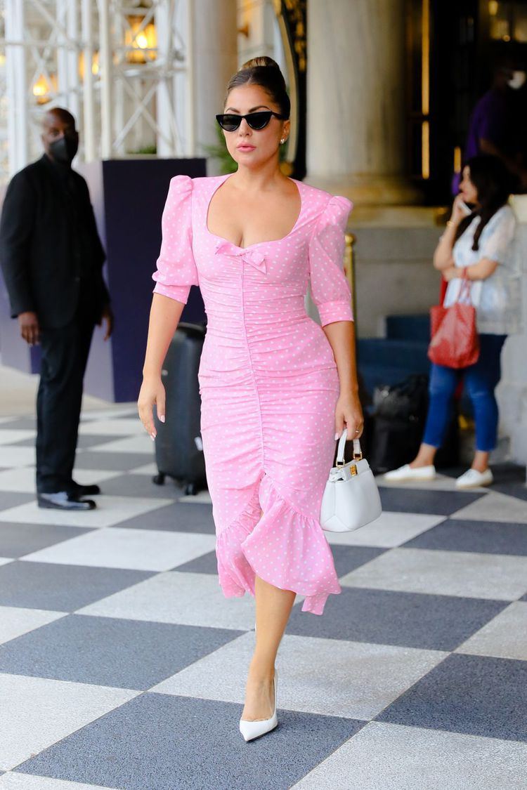 Lady Gaga穿Alessandra Rich的粉紅波卡圓點洋裝搭Giuse...
