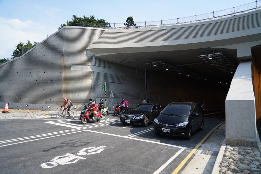 公路總局表示,會依照原計畫通車主要是因為安全部分都沒有疑慮,小缺失會在6號前完成...