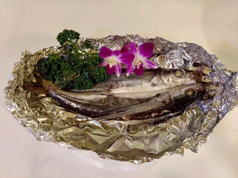 以燒烤方式烹飪飛魚。圖/新北市漁業處提供
