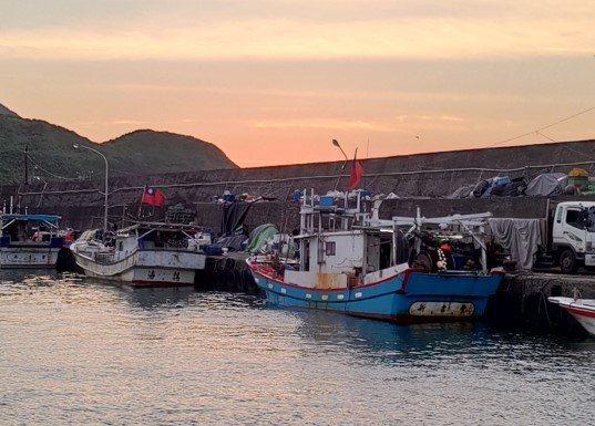 北臺灣目前唯一的馬崗漁港飛魚追逐網船隊。圖/新北市漁業處提供