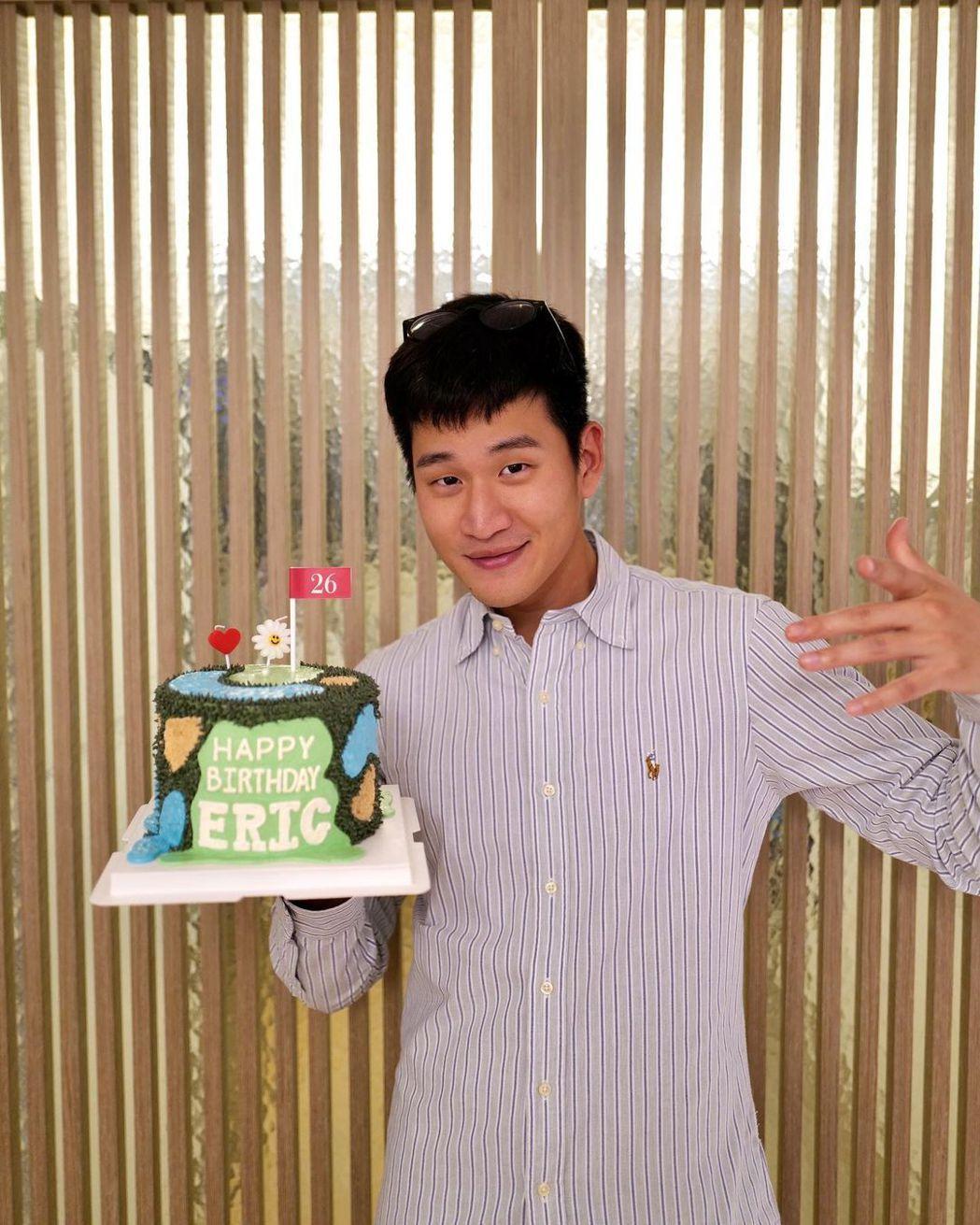 周興哲上22日開心慶祝26歲生日。圖/摘自IG