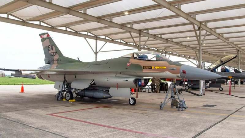 德州空中國民兵149聯隊將一架F-16C,漆成越戰時期的塗裝。圖/取自149聯隊臉書
