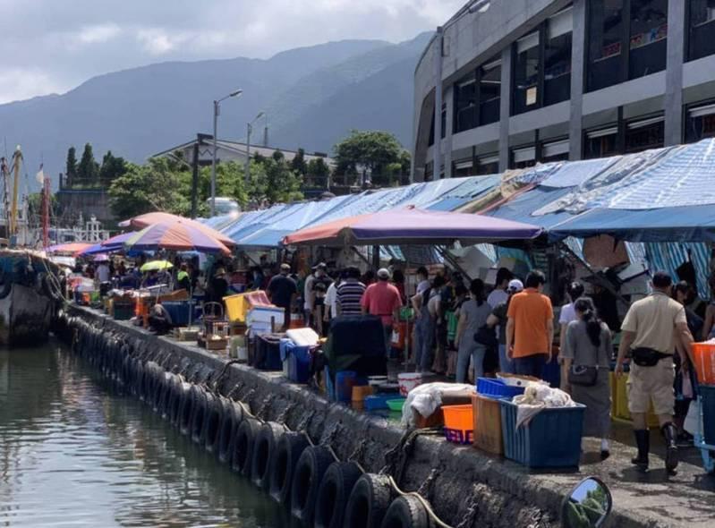 宜蘭大溪漁港的買魚人潮擠成這樣,今天傳出兩名新北來的確診者足跡在此出現,告誡民眾不要再一窩蜂湧入,以免染疫。圖/縣議員林麗提供