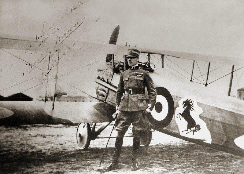 巴拉卡伯爵與SPAD S.VIII座機,攝於1918年。機身上的黑馬圖案,後來成為法拉利商標。圖/取自維基百科