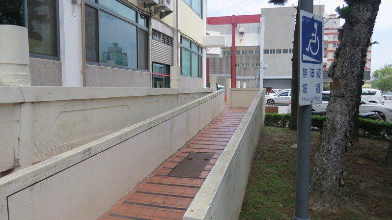 苗栗縣立圖書館有處無障礙斜坡道,人孔蓋就設在坡道中間,被批不友善。記者范榮達/攝影