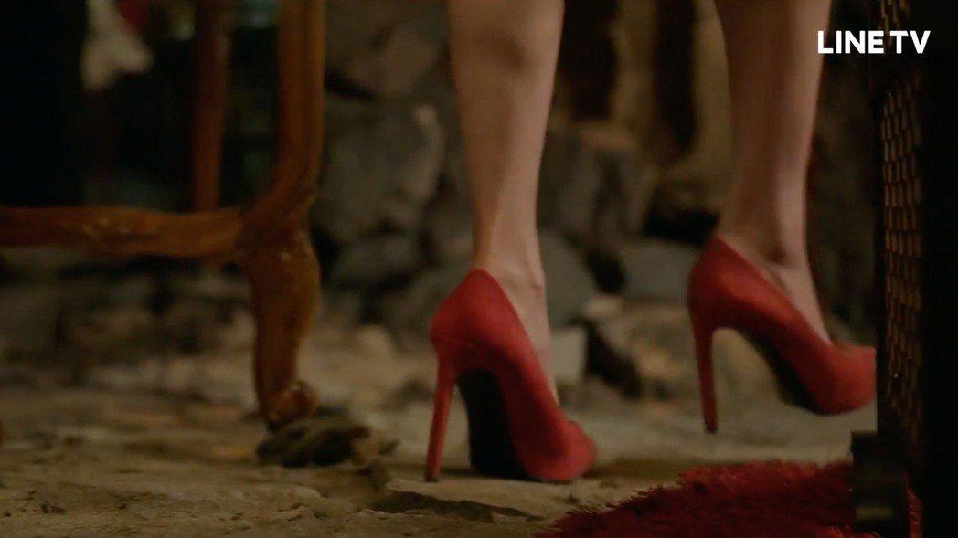 導演特別特寫李奎炯穿上高跟鞋的腿。圖/LINE TV提供