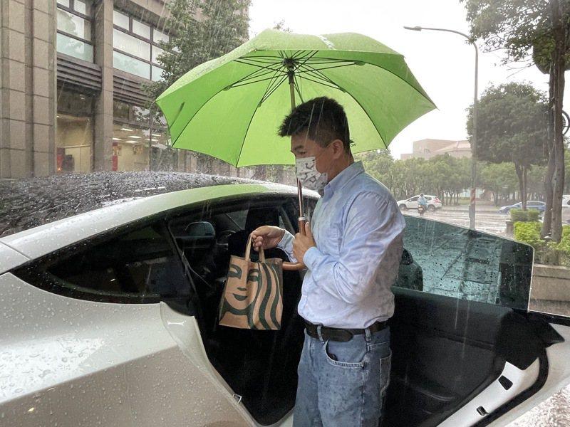 新竹市多元化特斯拉司機近日也化身外送員,接單送餐。記者張裕珍/攝影