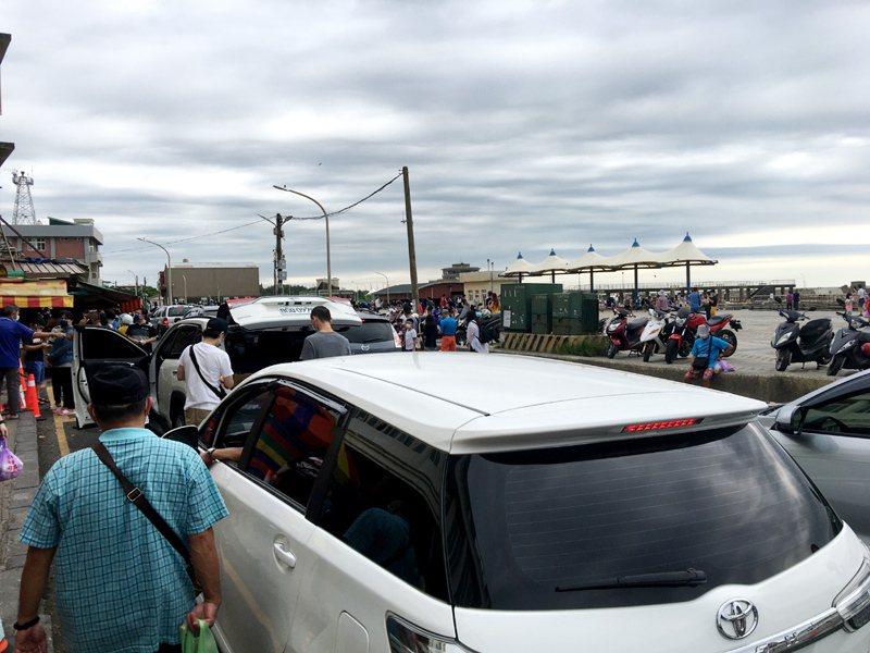 桃園市大園區竹圍漁港遊客估計超過6000多人塞車,出現疫情三級管制以來單日最多人潮。記者曾增勳/攝影