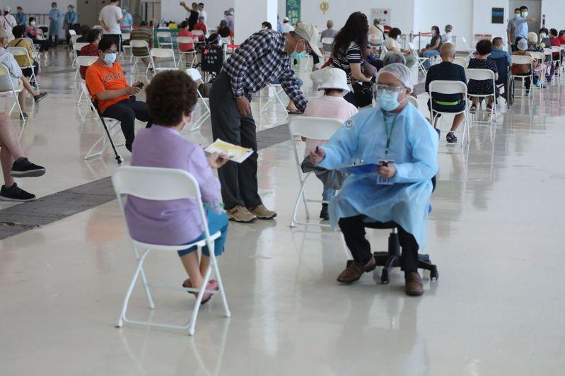 高雄市接種疫苗團隊,分頭到各區接種站替民眾施打疫苗,有時空間環境不佳,也不以為苦。圖/高雄市政府提供