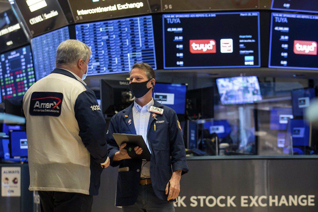 美股在經濟數據助攻下持續走高。(美聯社)