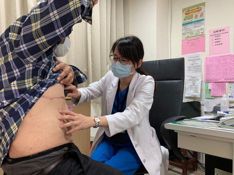 金門醫院家醫科醫師楊佳容(右)表示,帶狀皰疹好發在50歲以上或免疫力較差的人,目...