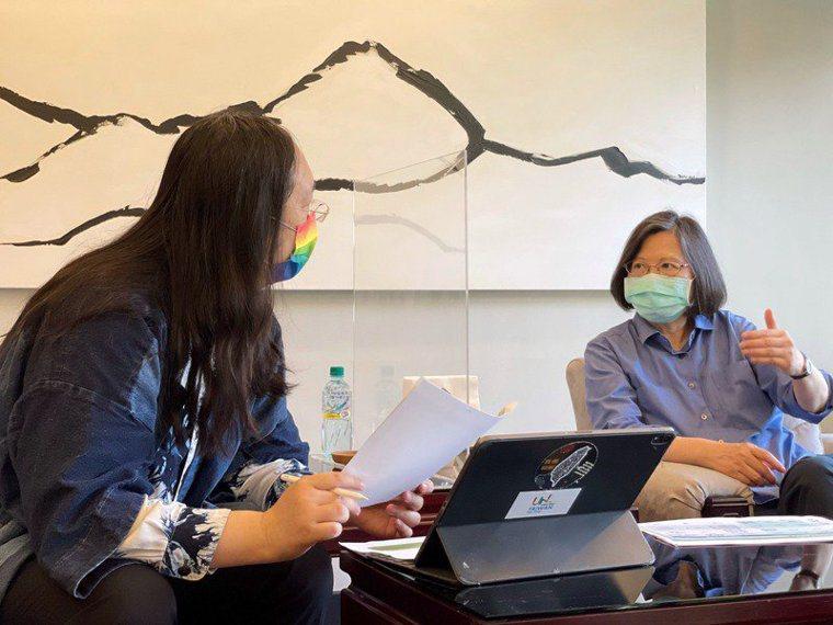 蔡總統(右)日前邀請行政院政委唐鳳(左),討論疫苗接種預約平台事宜。圖/取自蔡英...